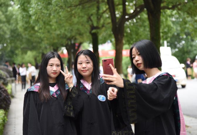 毕业生合影留念.png